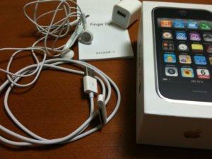 iPhoneの箱とヘッドホン、USBケーブル、電源プラグ、クイックスタート(取扱説明書)